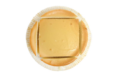 スフレチーズケーキを四角にカットしている写真