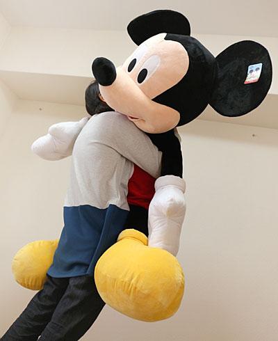コストコの巨大ミッキー 私がかかえた写真