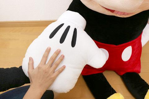 コストコの巨大ミッキー 手の大きさを比較