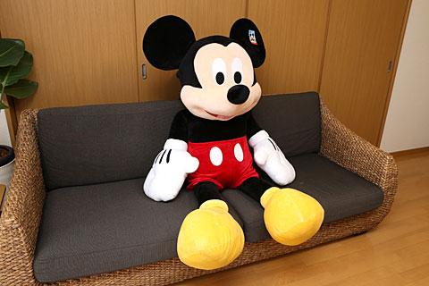ソファに座るコストコの巨大ミッキー