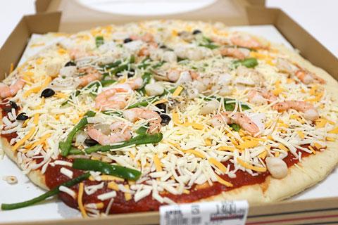 丸型ピザ シーフード 蓋を開けた