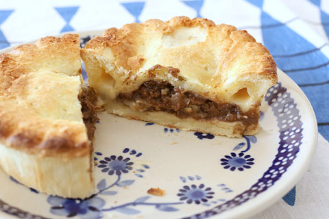 ニュージーランドビーフミンチ&チーズパイ 半分にカット