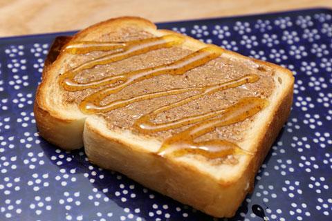 食パンにアーモンドバターとハチミツ
