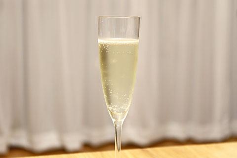 パピヨン・ブリュット スパークリングワイン グラスに注いだ