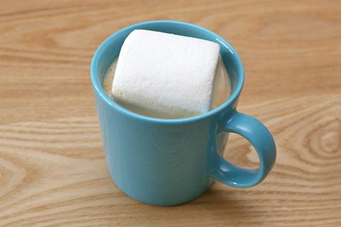 巨大マシュマロをコーヒーに入れてみた