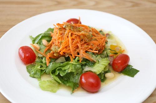 ガーデンサラダ お皿に盛りつけ