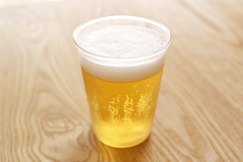 カークランドシグネチャー ライトビール グラスに注いだ