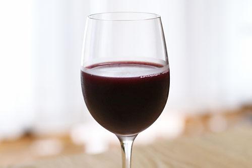 大樹の葡萄液 ワイングラスに注いだ