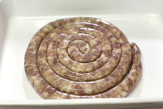 生豚肉粗挽き羊腸詰渦巻 開封
