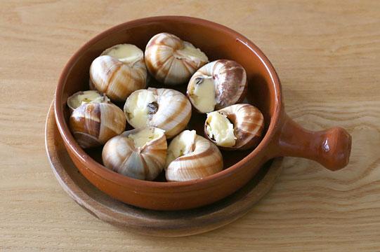 洗った殻にバターを詰めてエスカルゴを詰めた様子
