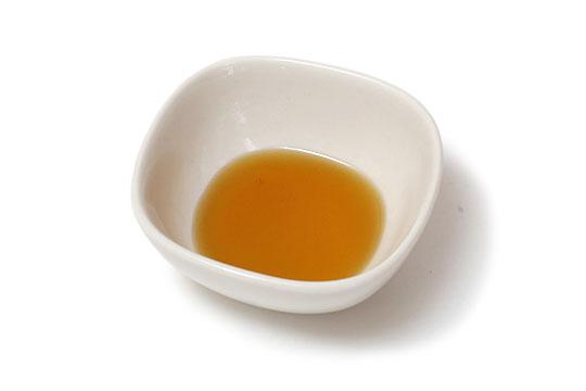 香り豊かなおいしいえごま油 小さい器に出した様子