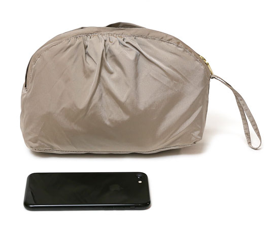 コールハーン パッカブルジャケット 収納した様子(iPhoneとの比較)