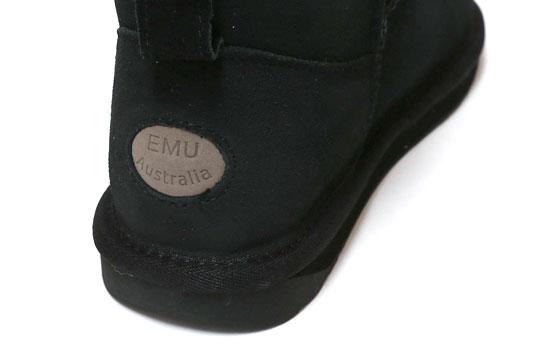 エミュー スティンガーマイクロ ムートンブーツ 踵部分のロゴ