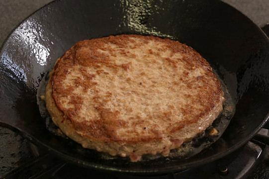 オレンジベイフーズ 100%ビーフパティ 焼いているところ