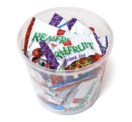 Dare candy リアルフルーツグミキャンディ ハリボーの容器に収納している様子