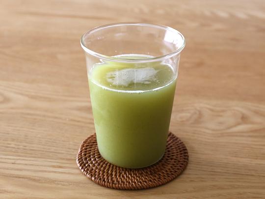 FRUTOS DE VIDA パイナップル・セロリ・ノパールのジュース グラスに注いだ様子
