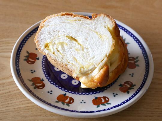相馬パン スペシャルココナッツクリームパン お皿に盛り付けた
