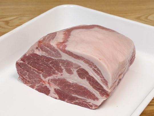 カナダ産豚肉 三元豚肩ロース 真空パック 半分にカット(断面)