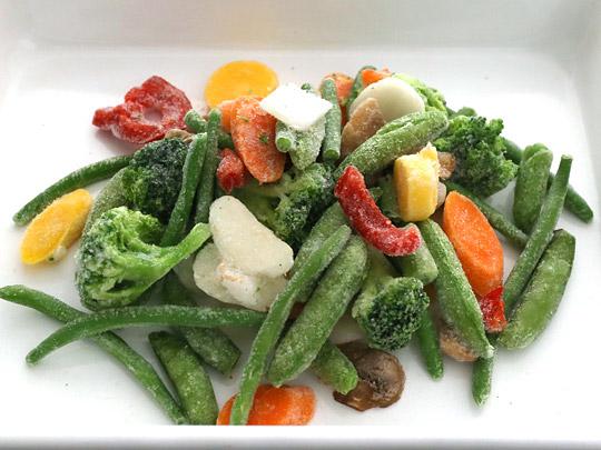 カークランドシグネチャー ステアフライベジタブルブレンド(冷凍野菜) 中身をバットに出した