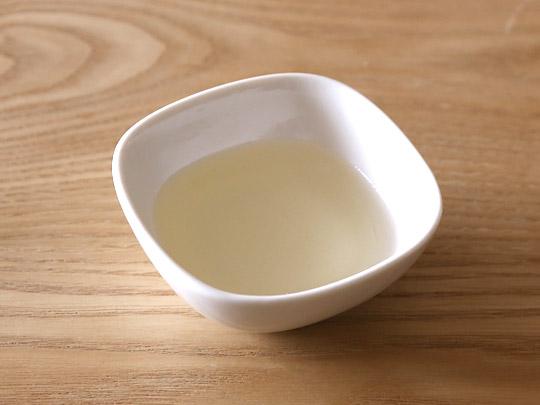 マルホン 太白胡麻油 1650g 中身(お皿に出した)