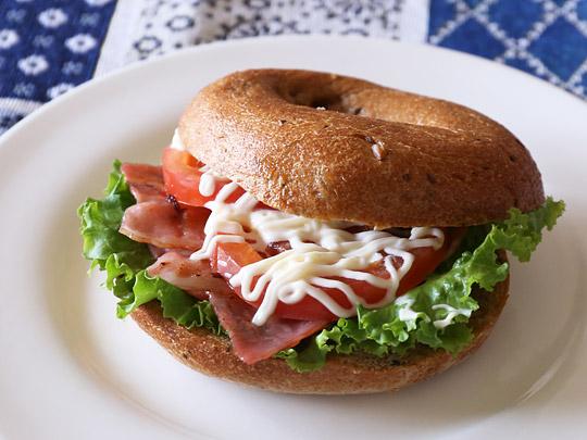 バラエティベーグル マルチグレインベーグル 調理例1(ベーコン・レタス・トマト)