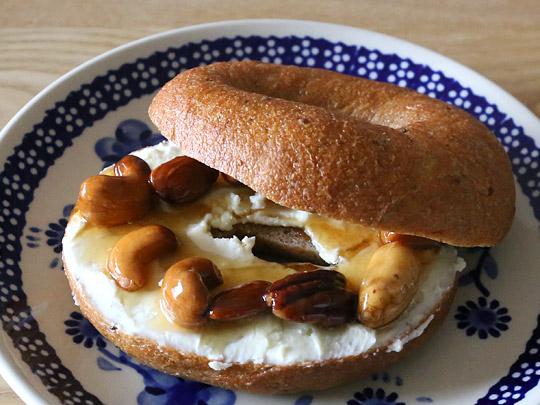 バラエティベーグル マルチグレインベーグル 調理例3(ナッツ・クリームチーズ)