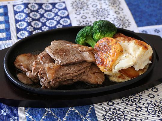 USAプライムビーフ肩ロース焼肉 ステーキ皿に盛り付け