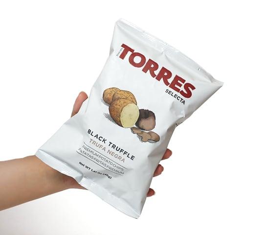 トーレス ポテトチップス 黒トリュフ味 1袋を手に持った写真(サイズ感)