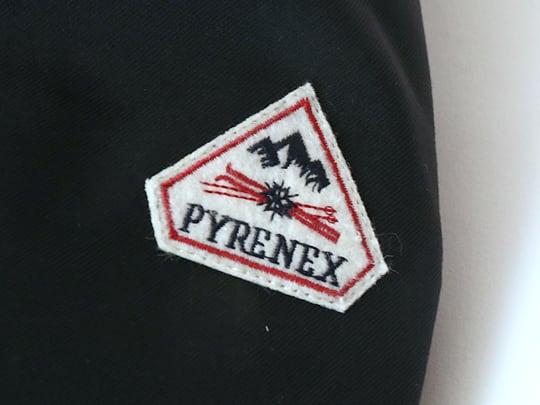ピレネックス ダウンジャケット 左肩のロゴマーク