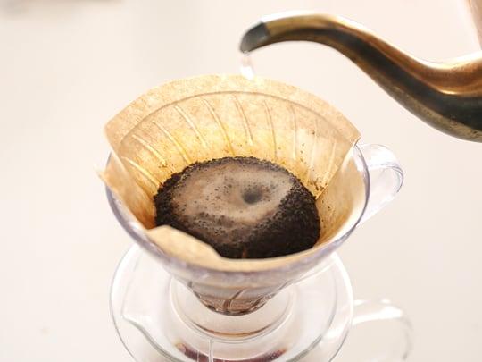 カークランドシグネチャー オーガニックエチオピアコーヒー コーヒーを淹れている様子