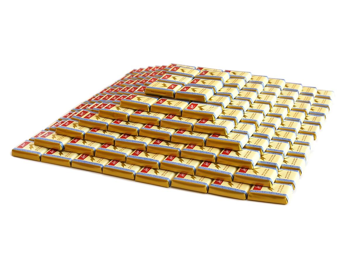 スイスデリス ミルクチョコレート ピラミッドのように積んでみた