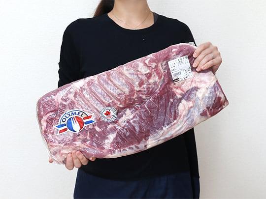 カナダ産豚肉 三元豚バラ真空パック 手に持った様子(サイズ見本)