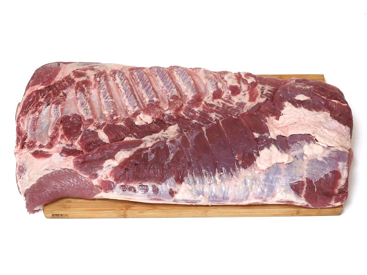 カナダ産豚肉 三元豚バラ真空パック 開封(まな板の上にのせた)