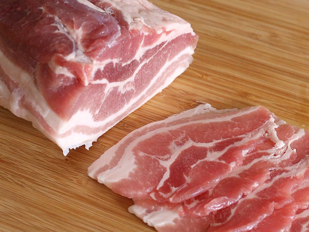 カナダ産豚肉 三元豚バラ真空パック 薄切りにした様子