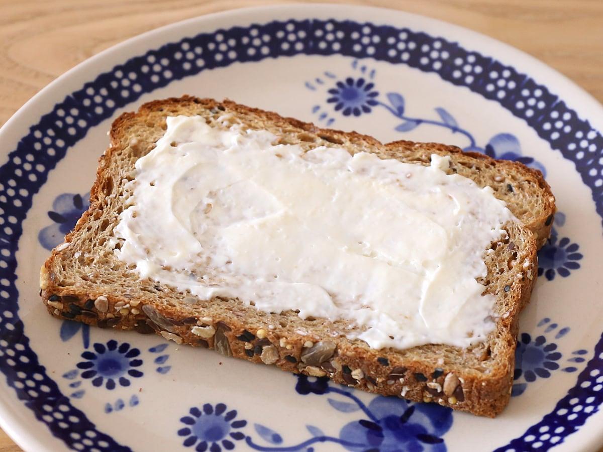 カークランドシグネチャー 21穀オーガニック食パン クリームチーズを塗って