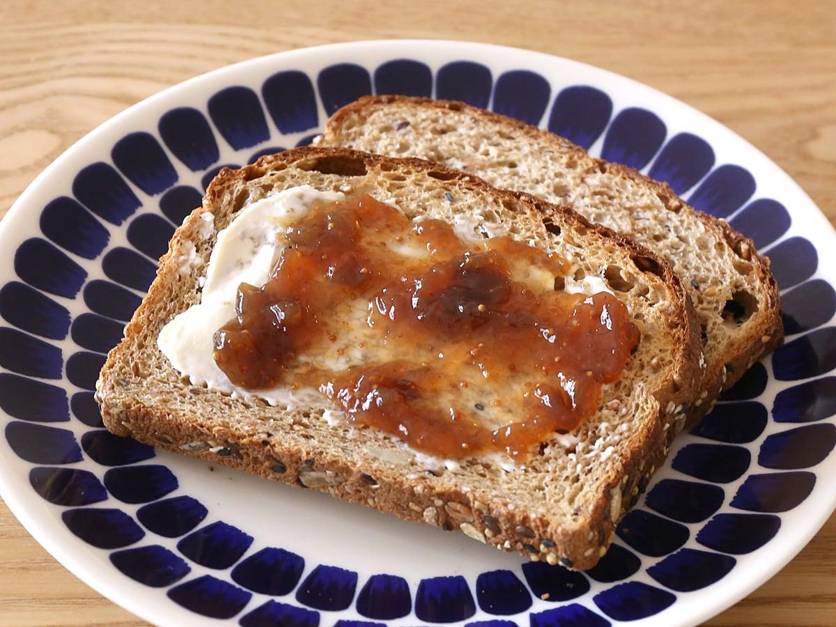 Les Comtes de Provence オーガニック いちじくジャム カークランドの21穀オーガニック食パンとキリクリームチーズとあわせて