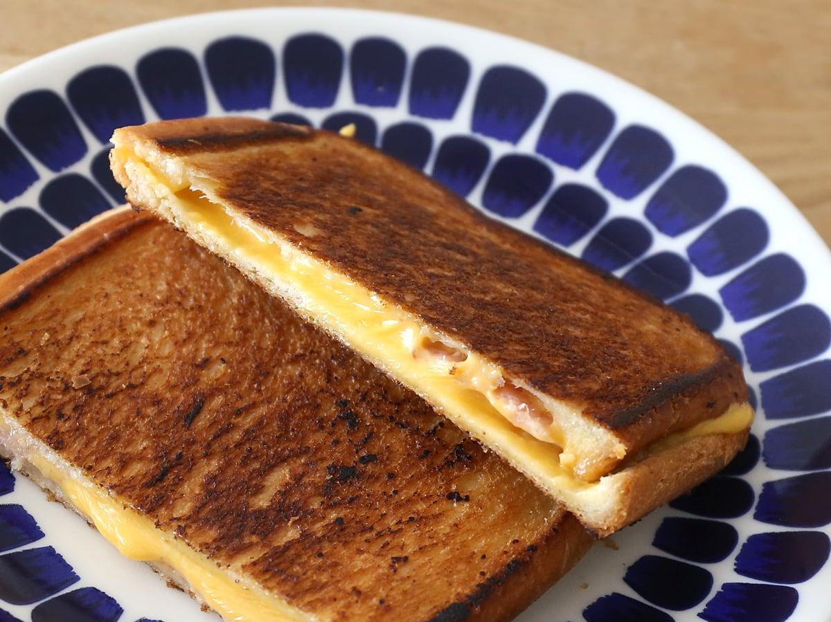 JONES カナディアンベーコンで作るグリルドチーズサンドイッチ