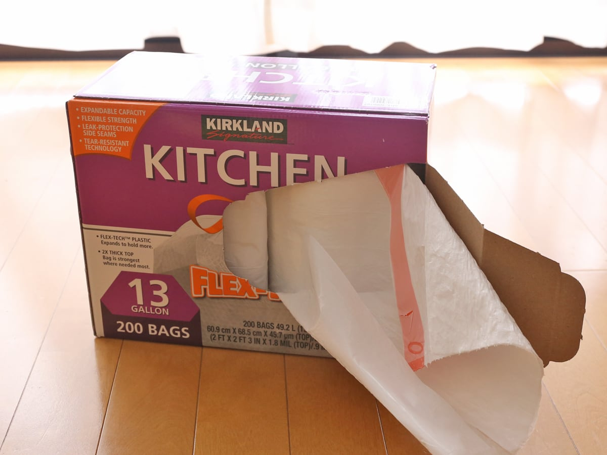 カークランドシグネチャー キッチンバッグ ひも付きゴミ袋 引き出している様子