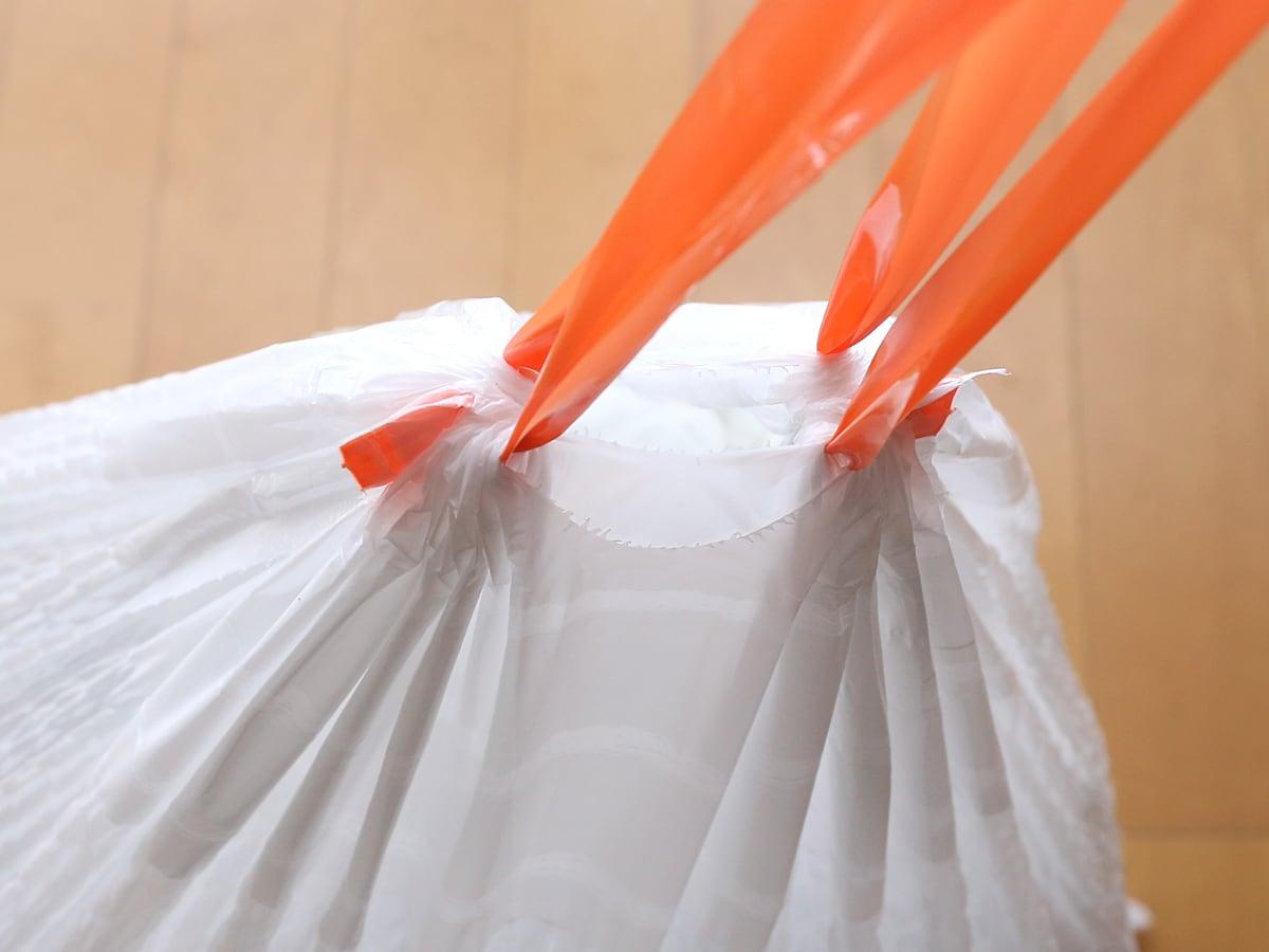 カークランドシグネチャー キッチンバッグ ひも付きゴミ袋 口部分アップ(絞った状態)