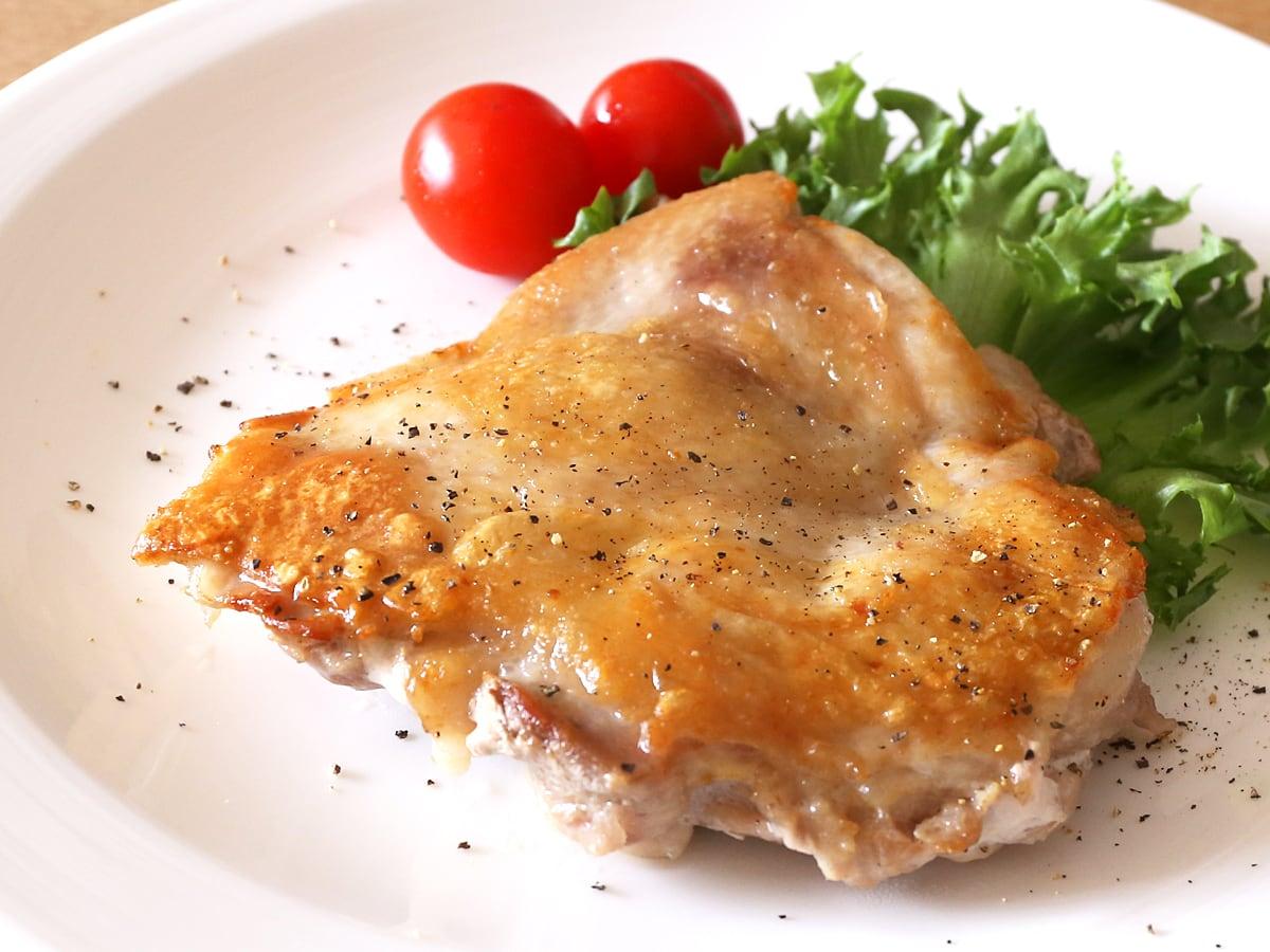 コストコのさくらどり(鶏肉)の美味しい焼き方 粗挽き黒こしょうを振って完成!