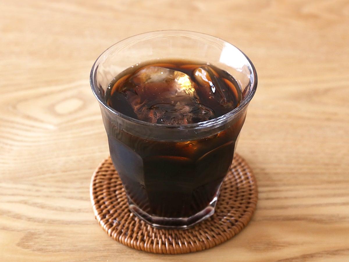 アラメダ コールドブリューコーヒー グラスに注いだ(氷入り)