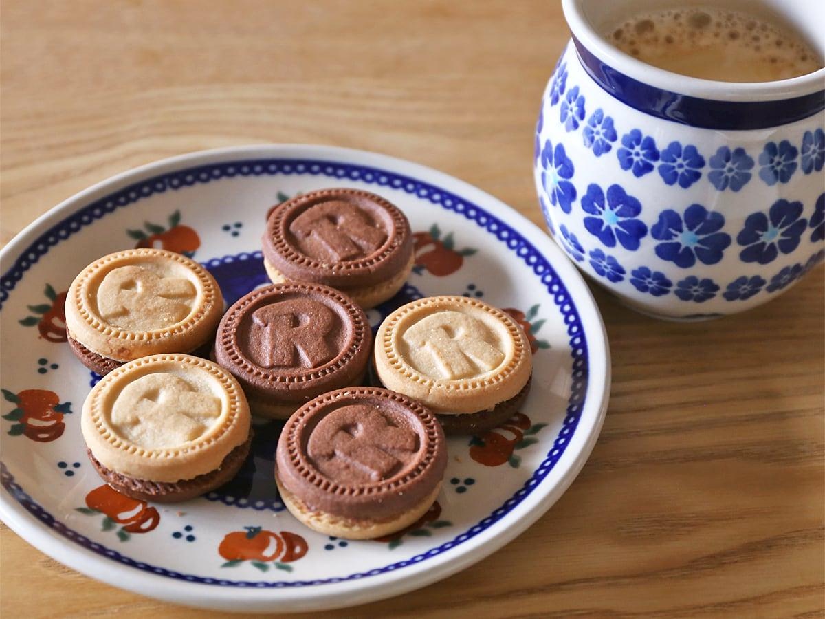 バリラ ムリーノビアンコ リンゴ バニラクリームサンドイッチクッキー コーヒーと一緒に
