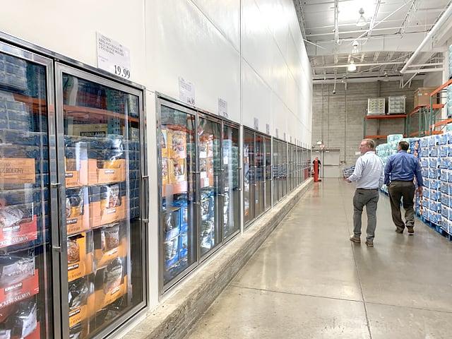 アメリカのコストコの店内の様子(冷凍・冷蔵棚)