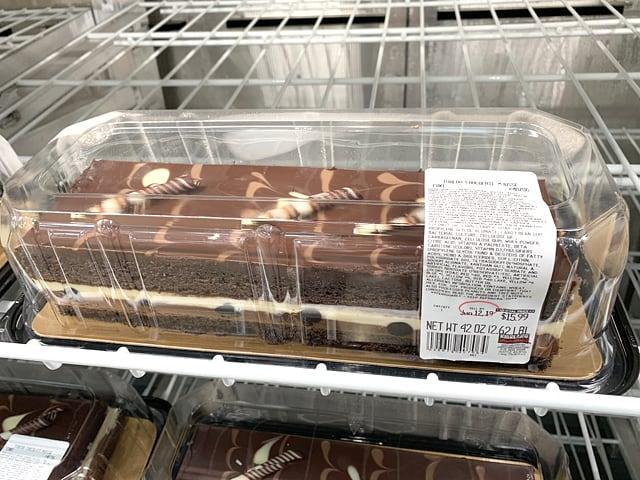 アメリカのコストコの店内の様子(タキシードケーキ)