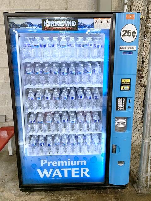 アメリカのコストコの店内の様子(水の自動販売機)