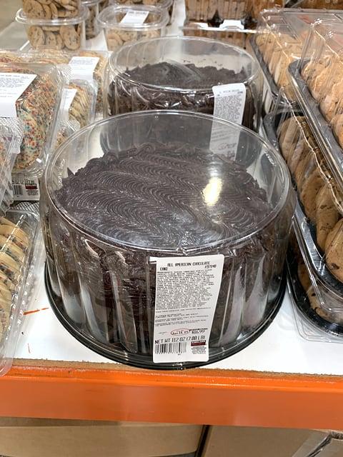 アメリカのコストコの店内の様子(チョコまみれのケーキ)