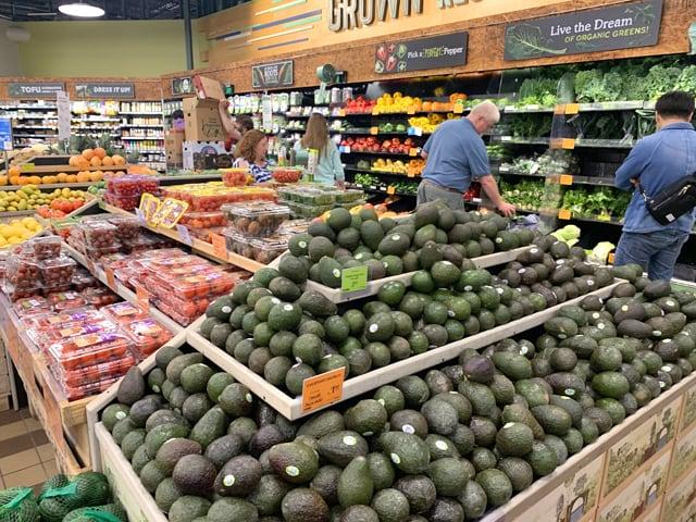 ホールフーズマーケット 山積みになった野菜類