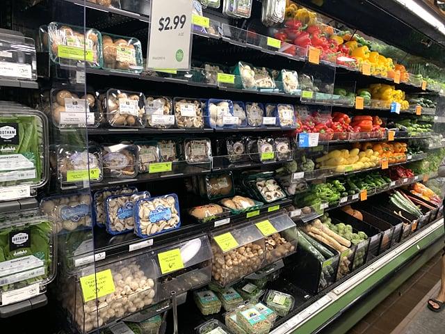 ホールフーズマーケット ざっくり置かれた野菜類