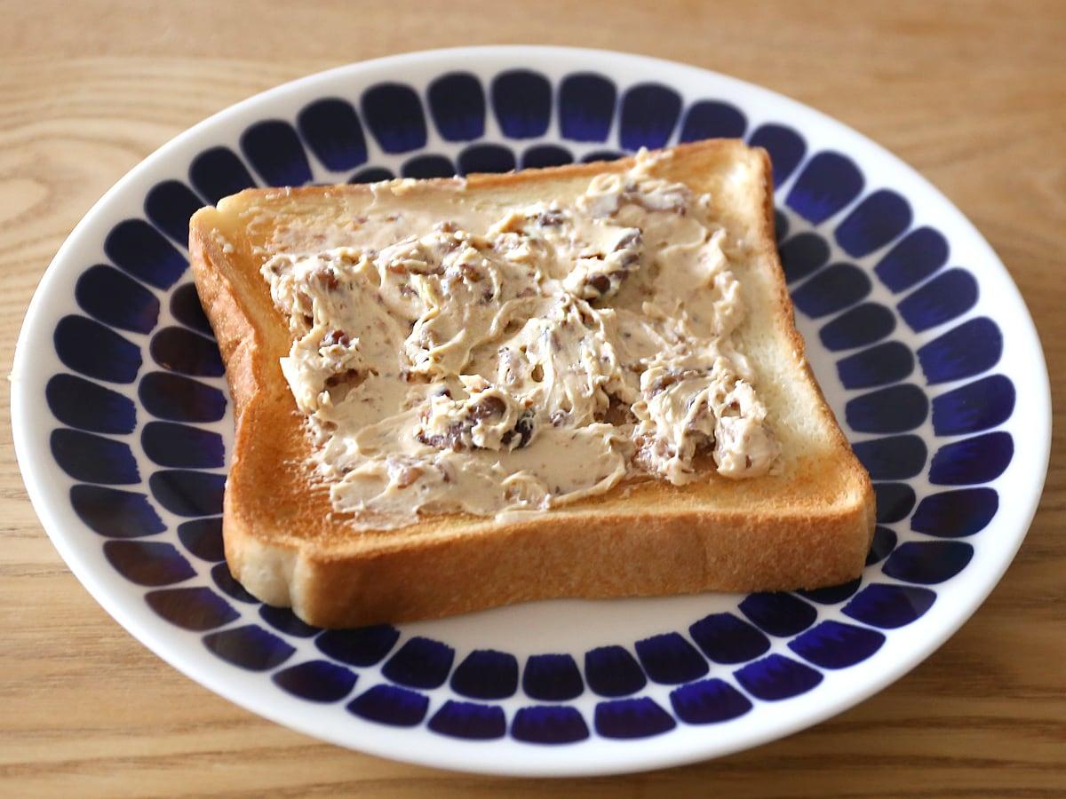 台湾のコストコ購入品 キャラメルチーズスプレッド パンに塗った