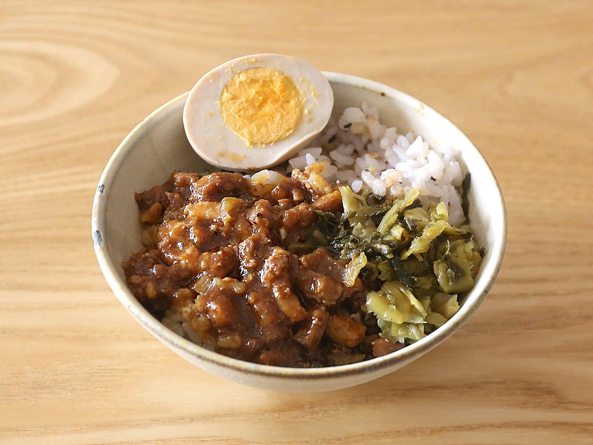 16穀米のルーローハン(魯肉飯) 茶碗に盛り付け
